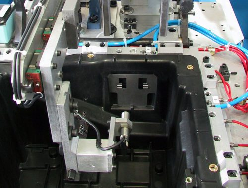 ribaditura di inserti in battery box