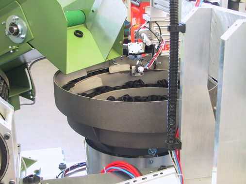 Vibratory feeder for the gasket