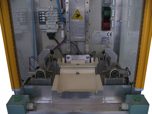 Customized machine for the automatic insertion of 02 clips on the frame of an interior consolle in 02 versions